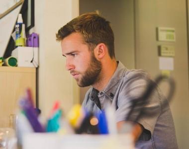 Maintenir son bureau propre et rangé: conseils et astuces